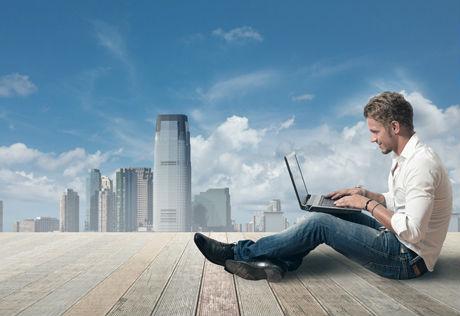 Travail-laptop-indépendant-heureux